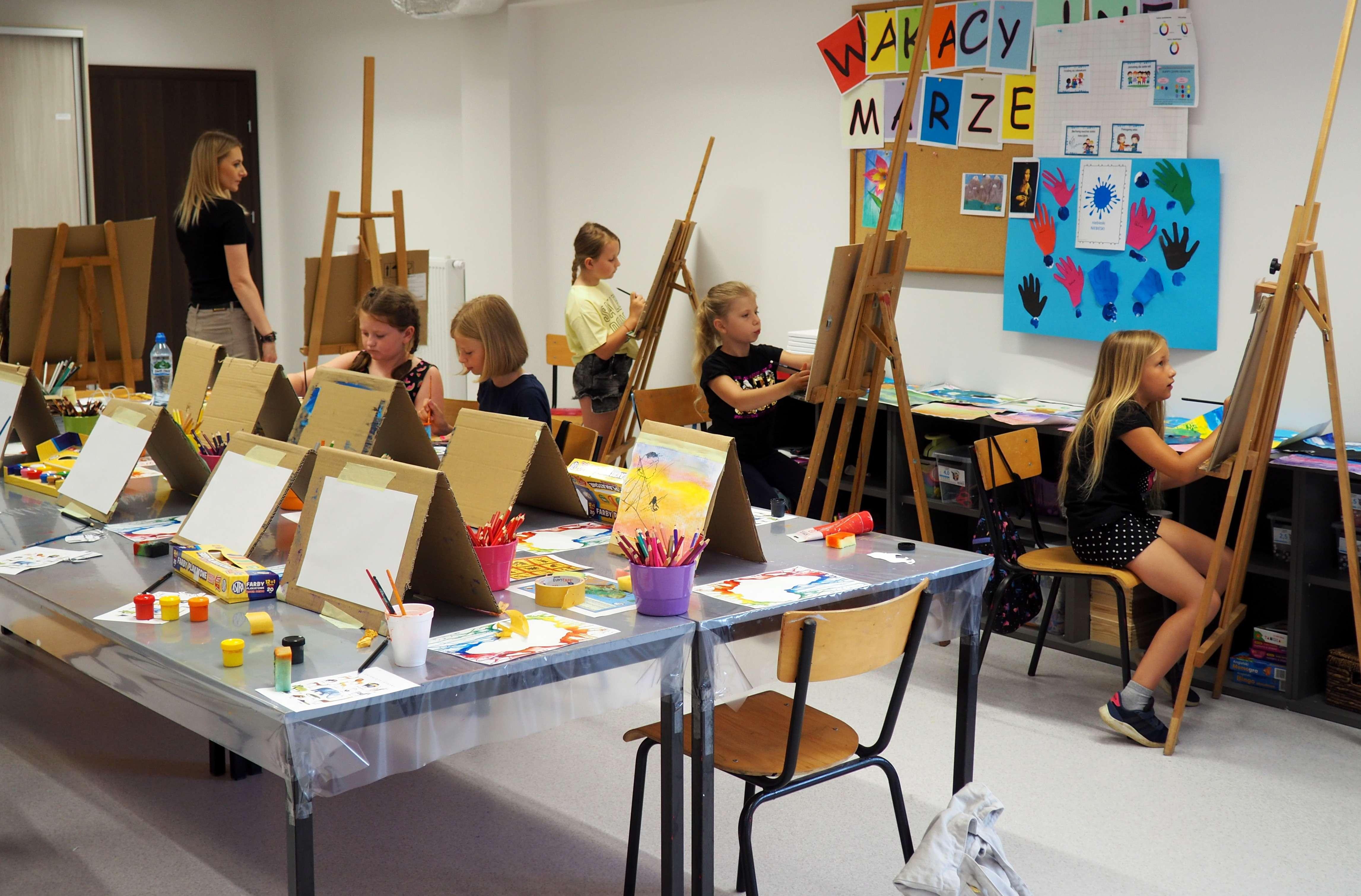 """Wakacje pełne sztuki w """"Światowidzie"""", w pracowni malarskiej"""